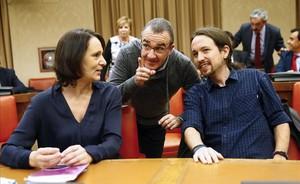 El lider de Podemos,Pablo Iglesias,junto a la reponsable de Analisis del partido, Carolina Bescansa,y el diputado de la formación por Baleares, Juan Pedro Yllanes (en el centro), durante la sesión constitutiva de la Comisión Constitucional en el Congreso de los Diputados, el pasado 3 de febrero.