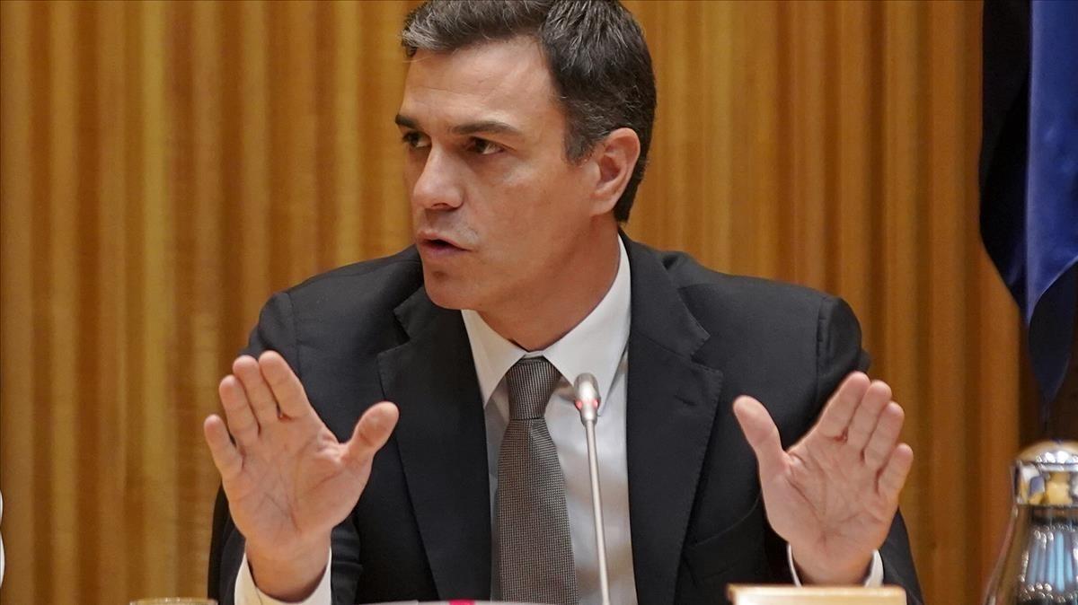Pedro Sánchez durante la reunión de su grupo parlamentario.