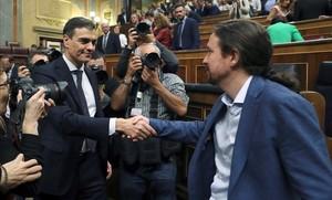 Pedro Sánchez y Pablo Iglesias se saludan en el Congreso, en junio del 2018.