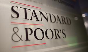 Placa de Standard & Poor's a la seu de l'agència a París.