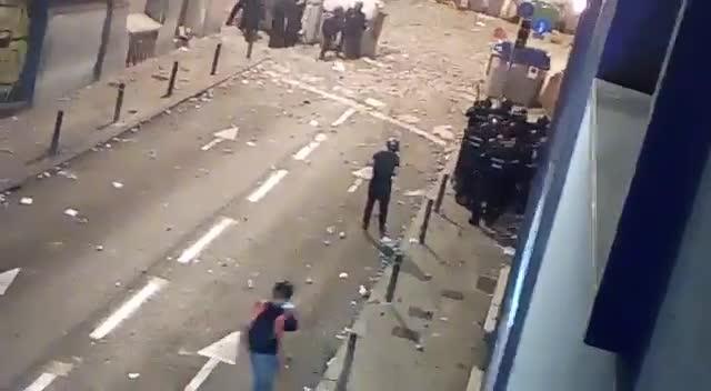 Un policía antidisturbios pierde el conocimiento en Barcelona tras ser alcanzado por un objeto contundente en la cabeza, el pasado 18 de octubre.