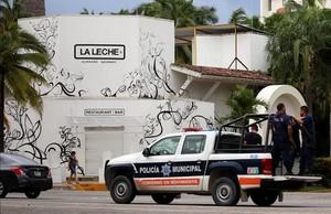 La policía custodia el restaurante La Leche donde se produjo el secuestro de un grupo de presuntos miembros del crimen organizado.