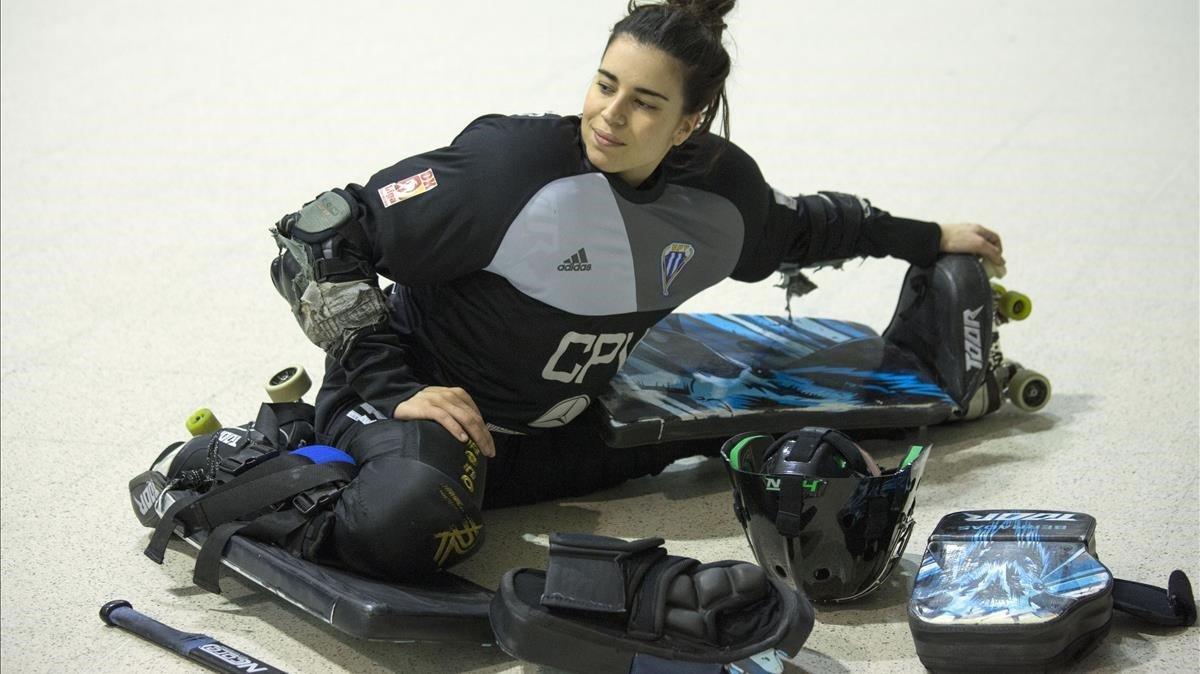 La portera titular Teresa Bernadas calientarodeada de su equipamiento antes de un entrenamiento.