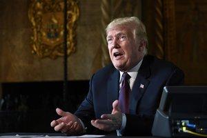 El presidente estadounidense, Donald Trump, habla con los periodistas en Palm Beach.