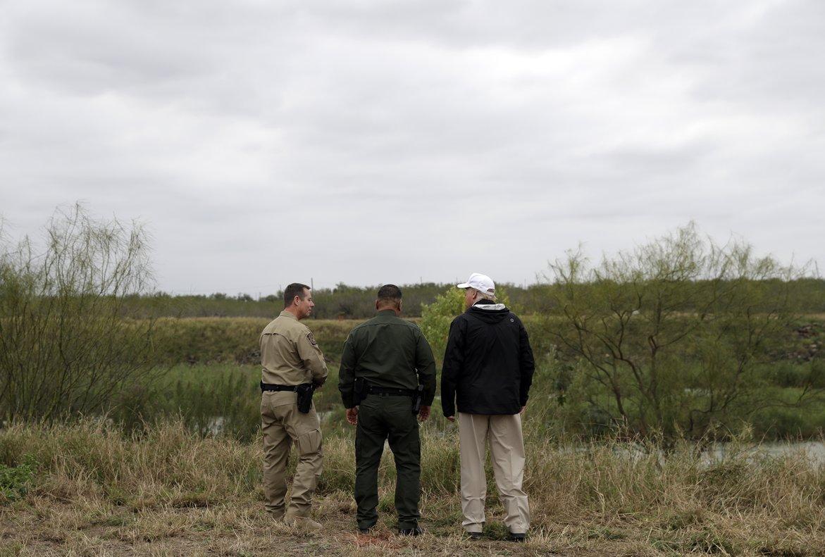 El presidente Trump pasea en el lado estadounidense de la frontera, en McAllen, Texas.