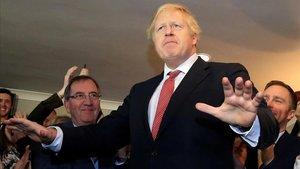 El primer ministro británico, Boris Johnson, se dirige a sus simpatizantes durante una visita a la localidad de Sedgefield.