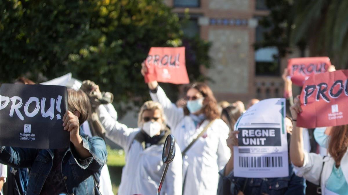 Protesta en Barcelona de decenas de médicos de la atención primaria públicaeste miércoles, el segundo día de los cuatro de huelga programados.