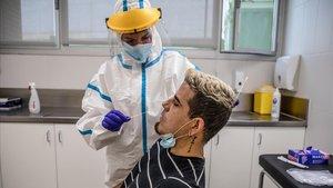Una enfermera le realiza una prueba PCR a un paciente en el centro de atención primaria (CAP) Roger de Barcelona.