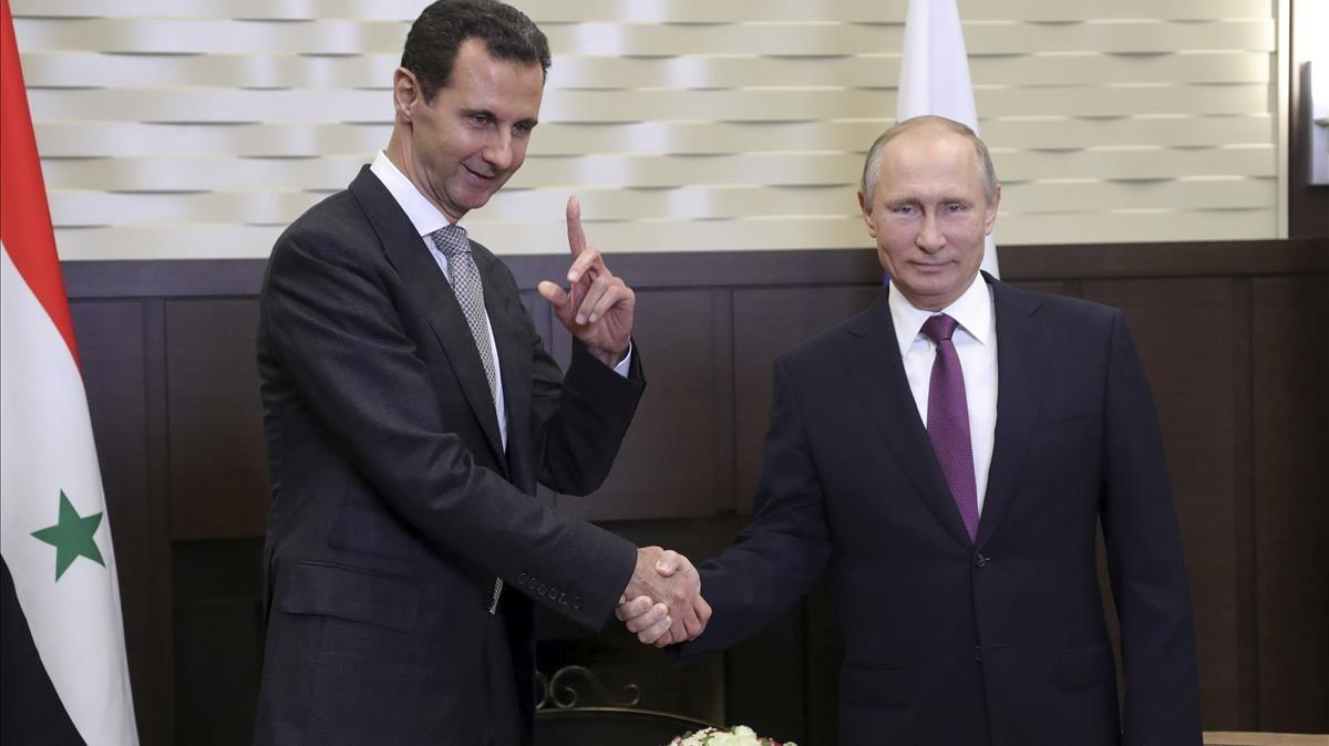 Putin (derecha) y Asad se dan la mano en su reunión en la residencia Bocharov Ruchei, en Sochi, el 20 de noviembre.