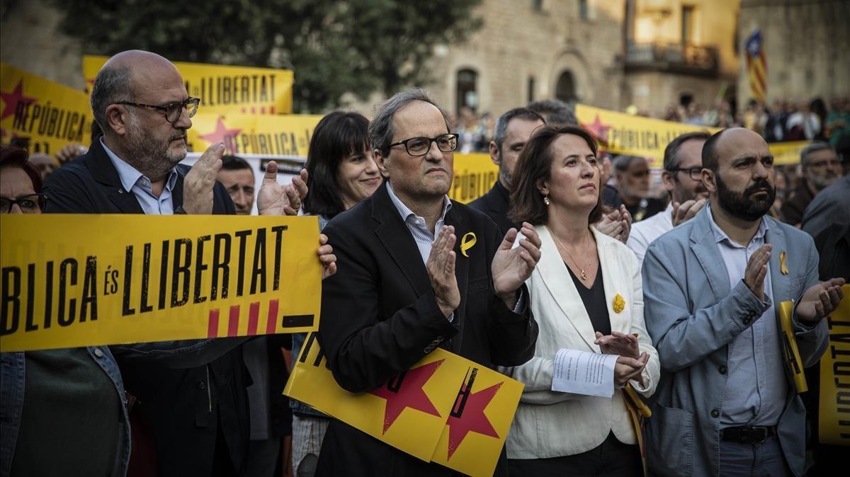 Quim Torra y Elisenda Paluzie, el pasado mayo, en una concentración en la plaza de la Catedral de Barcelona, para pedir la libertad de los políticos presos.