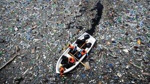 Voluntarios intentan despejar una presa que está llena de botellas de plástico desechadas en la ciudad de Krichim, Bulgaria (2009)