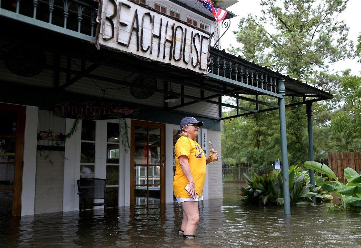 Robyn Iacona-Hilbert frente asu negocio inundado tras el paso del huracán Barry en Mandeville, Louisiana.