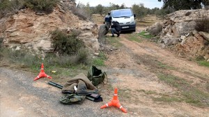 Ropa y escopeta del cazador que presuntamente ha matado a dos agentes rurales en Aspa.