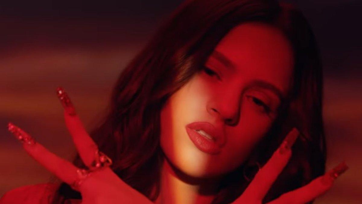 Rosalía, vermell passió, en el seu nou vídeo 'Como Alí'