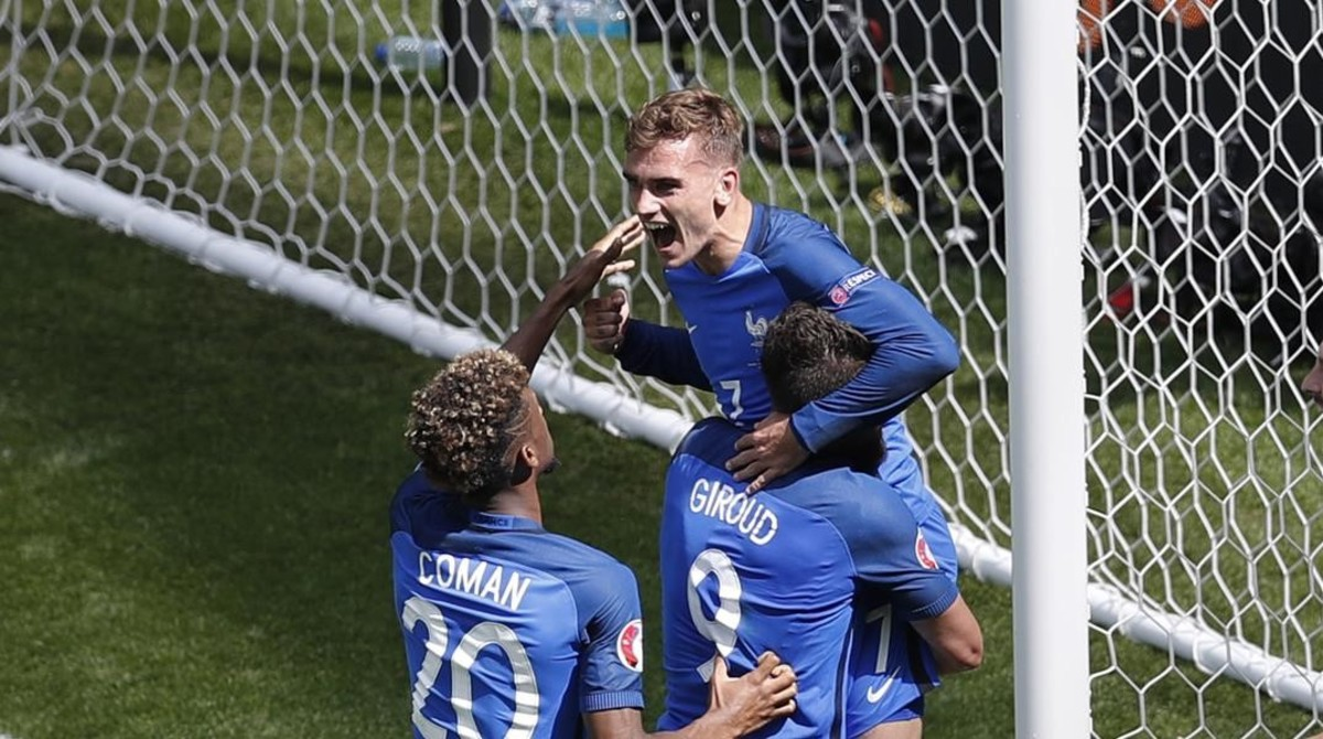 Griezmann celebra su segundo gol ante Irlanda junto a Giroud y Coman.