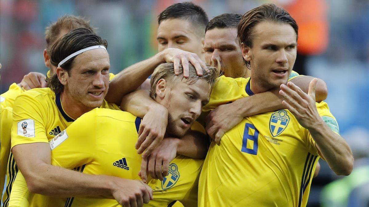 Los jugadores suecos felicitan a Forsberg, en el centro de la imagen, tras su gol a Suiza.
