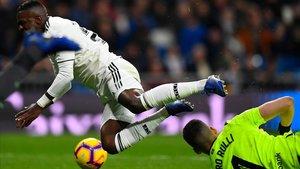 """El Madrid esclata contra el VAR: """"¿Si no entra en el penal a Vinicius per què està?"""""""