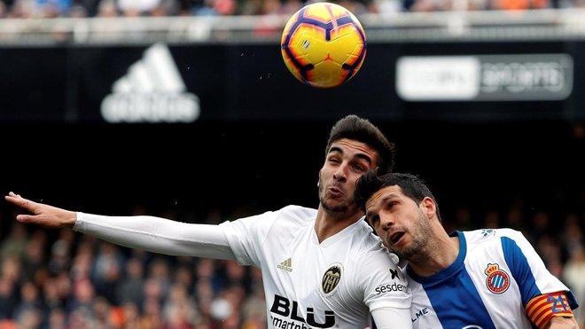 El valencianista Ferran Torres y Javi López, capitán del Espanyol, pugnan por un balón en Mestalla.