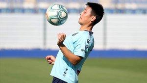 Wu Lei controla un balón, en el entrenamiento del Espanyol.