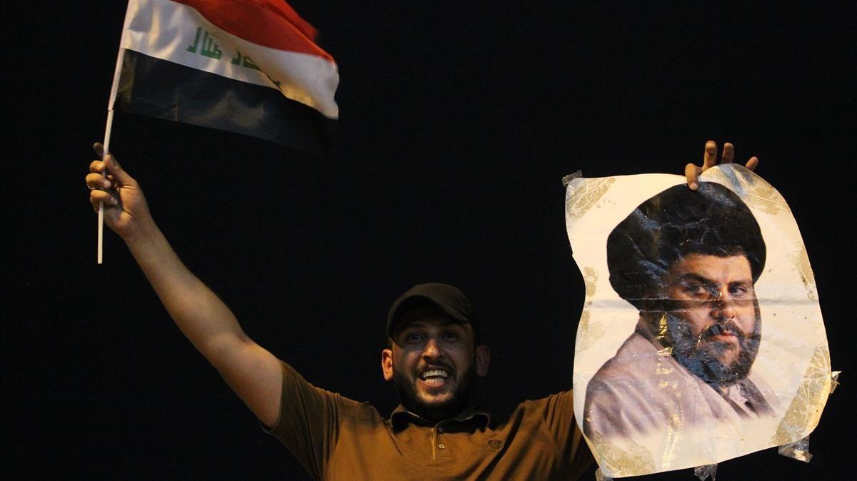 Un seguidor de Al Sadr celebra la victoria.