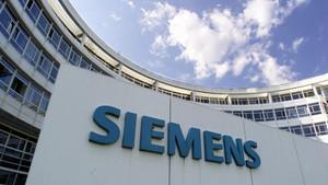Logo de Siemens, a las puertas de su sede central en Munich.