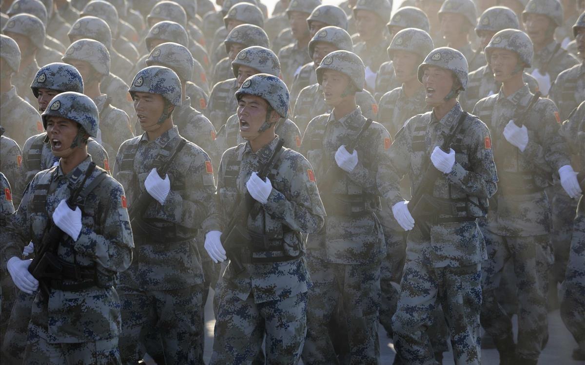 Soldados chinos durante un desfile.