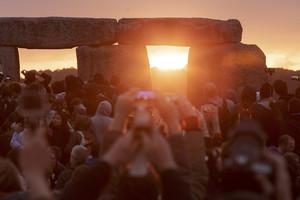 SOLSTICI DESTIU. Participants en la festa de Stonehenge, durant la sortida del Sol.