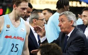 Svetislav Pesic da órdenes a Koponen en la semifinal de la Liga con el Baskonia