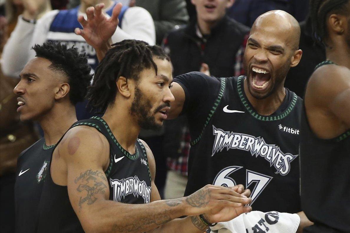 Taj Gibson felicita a Derrick Rose durante el partido contra los Utah Jazz