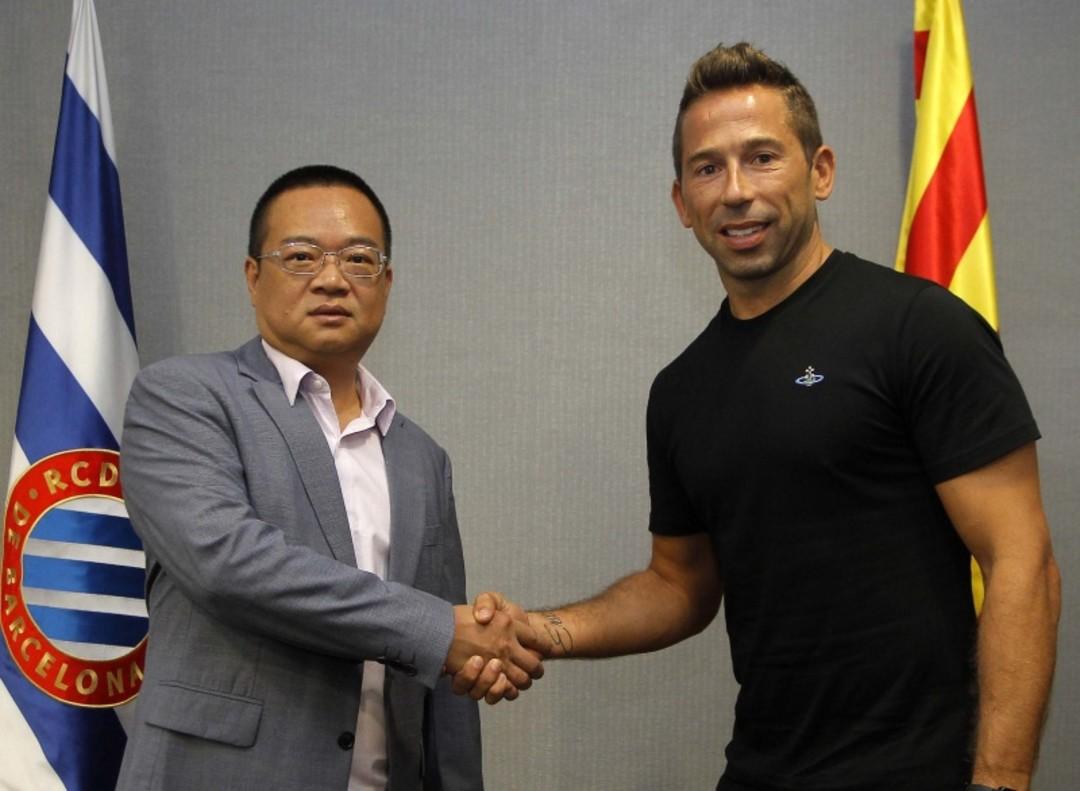 Míster Chen y Tamudo plasman el acuerdo para el regreso del excapitán al club.
