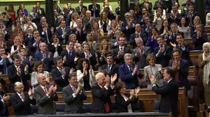 Mariano Rajoy, aplaudido por la bancada del PP en su investidura.