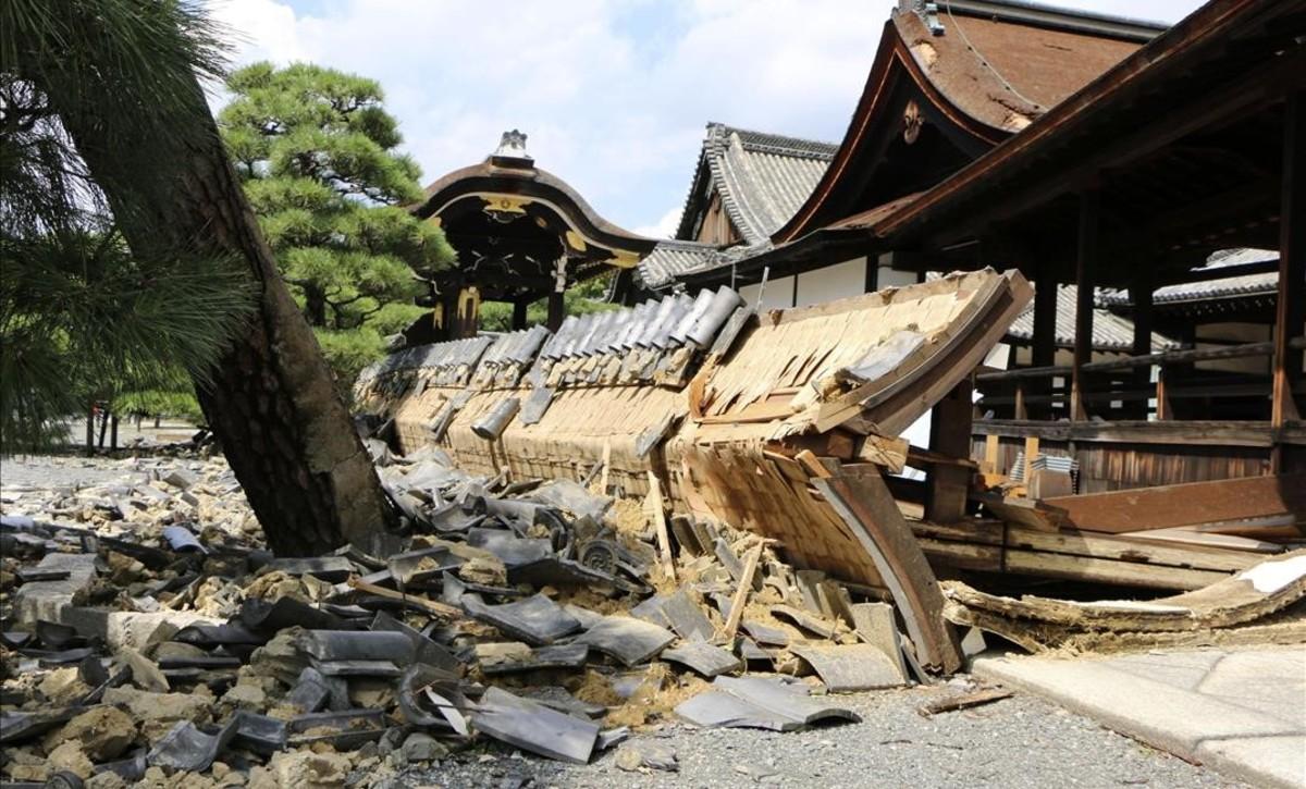 Una de las paredes del templo Nishi Honganji, en Kioto, dañado por los fuertes vientos del tifón.