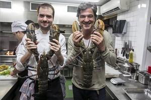 Toni Romero y Carles Abellan en las cocinas de Suculent con dos amigos. Fotos: Joan Puig