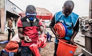 Trabajadores sanitarios se protegen para mezclar agua con cloro en Goma, este miércoles, tras la muerte de un segundo enfermo por ébola en la ciudad.