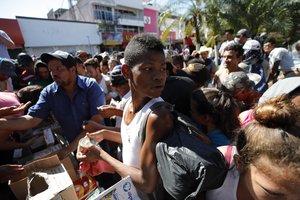 MEX011 TAPACHULA MEXICO 22 10 2018 - Migrantes hondurenos reciben comestibles y se preparan para continuar su camino hoy lunes 22 de octubre de 2018 en el jardin Hidalgo de Tapachula en el estado de Chiapas Mexico El presidente estadounidense Donald Trump acuso a las autoridades mexicanas de ser incapaces de detener la caravana de inmigrantes procedentes de Honduras que se dirigen a la frontera sur de EE UU y aseguro que ha alertado a las Fuerzas Armadas al tratarse de una emergencia nacional EFE Jose Mendez