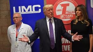Trump y su mujer hablan ante la prensa tras visitar a los supervivientes en el Univeristy Medical Center, en Las Vegas, el 4 de octubre.