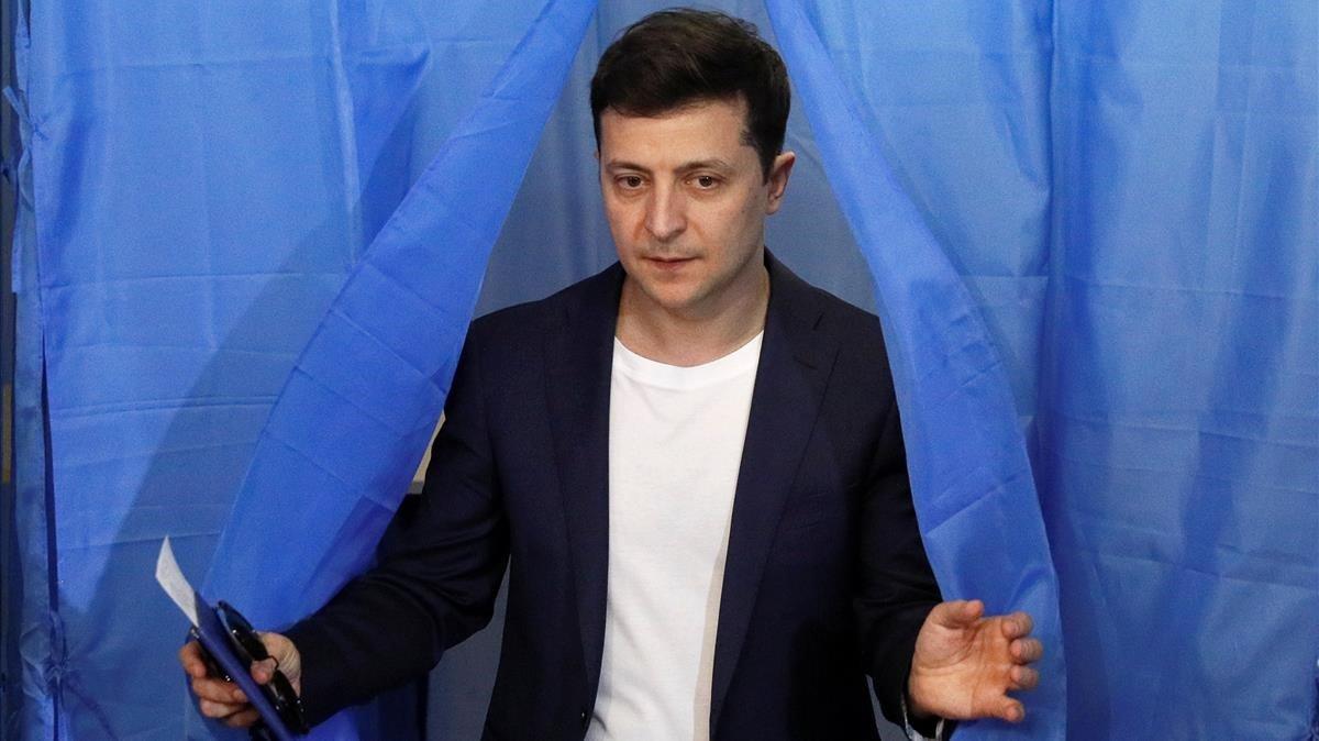 Zelenskiy tras depositar su voto en un colegio electoral deKiev.