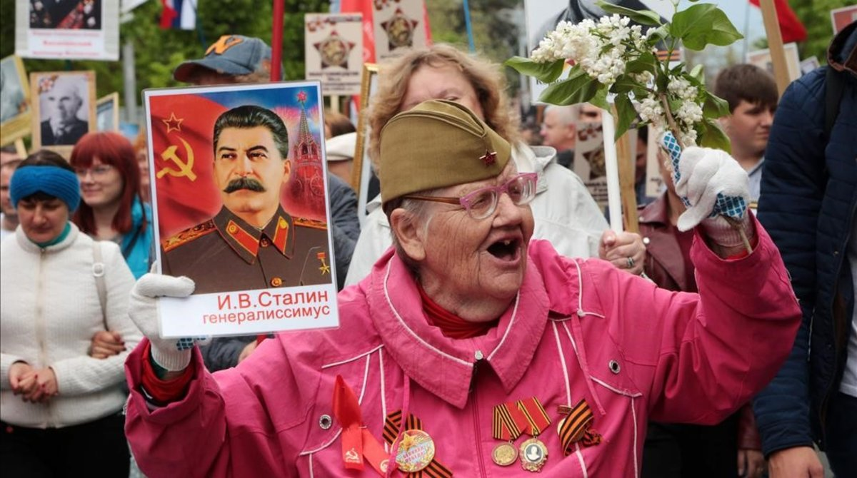 Una anciana sostiene un retrato de Stalin en las celebraciones del Día de la Victoria en Sebastopol.
