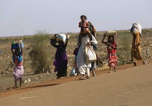 Una família fuig d'un atac rebel a la ciutat sud-sudanesa de Rank, divendres passat.