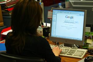 Una mujer consulta Google.