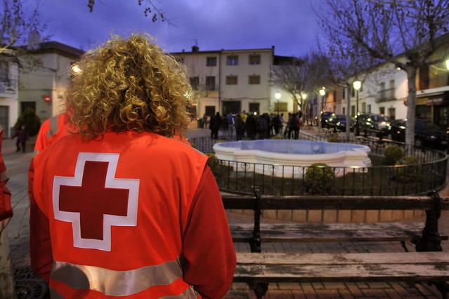 Una voluntaria de la Cruz Roja en la plaza del Ayuntamiento de Ossa de Montiel, Albacete