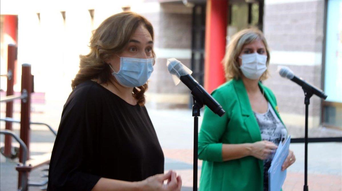 La alcaldesa de Barcelona, Ada Colau, y la 'consellera' de Salut, Alba Vergés, este martes en Barcelona.