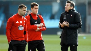 Unzué, con los laterales Jonny y Hugo Mallo, preparando el partido del Celta en Girona.
