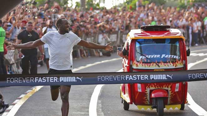 Usain Bolt gana una carrera a un mototaxi en Lima sin apenas esfuerzo.