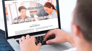 Un usuario consulta las opciones de aprendizaje de la web www.scolartic.com.