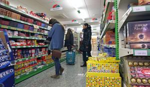 Varias personas, en un supermercado.