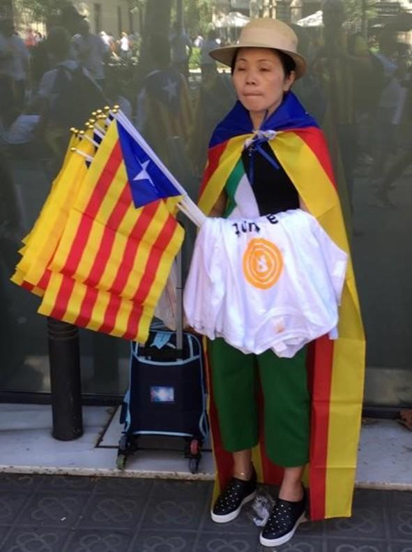 Un vendedor de camisetas y 'estelades', dos horas antes de la manifestación de la Diada, en el paseo de Sant Joan de Barcelona.