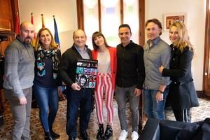 Lalcalde de Viladecans, Carles Ruiz, divendres en la rebuda dAitana Ocaña, finalista dOT, a lAjuntament, amb els seus pares i tiets.