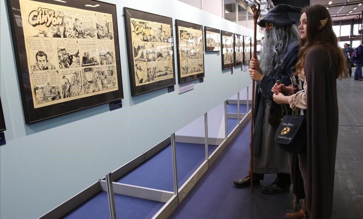 Visitantes ante una exposición del pasado Salón del Cómic de Barcelona.