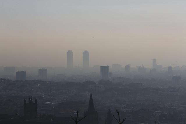 Vista de Barcelona, tapada por la polución, este lunes.